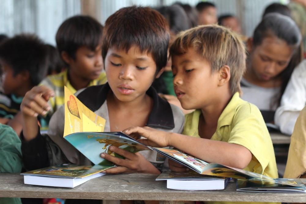 Pojat opettelevat lukemaan Kambodžassa