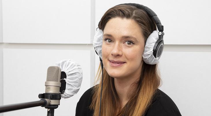 Krista Kosonen studiossa kuulokkeet päässä