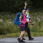 Agricola-kävelijät tienpientareella vilkuttavat kuvaajalle