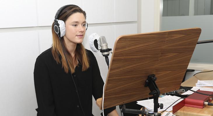 Krista Kosonen lukee studiossa UT2020-käännöstä