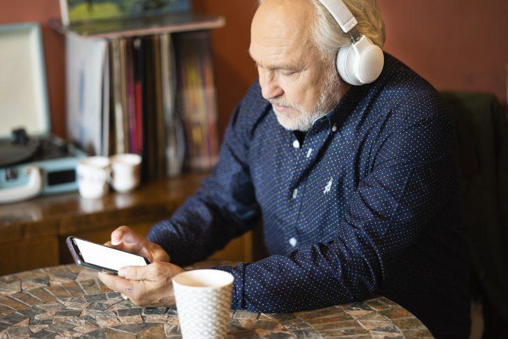 Mies lukee UT2020 kännykältä