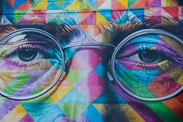 John Lennon -graffitissa Lennonin katse: silmät ja silmälasit