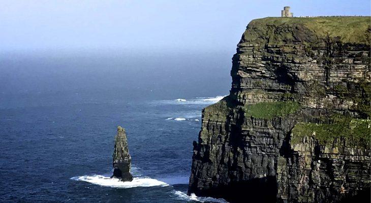 Hyvin jyrkästi mereen syöksyvä kallionkieleke, jonka päällä linna.