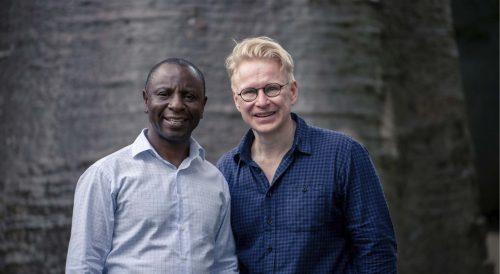 Malawin kansallinen lukutaitokoordinaattori Patrick Gondwe ja Suomen Pipliaseuran lukutaitotyön asiantuntija Ari Vitikainen