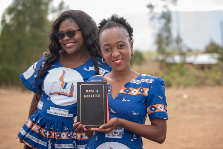 Kaksi namibialaista naista uuden raamatunkäännöksen kanssa