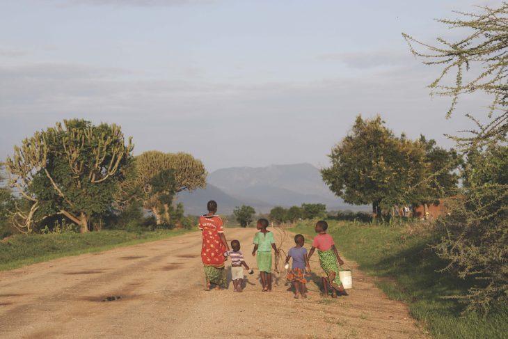 Lapsia hiekkatiellä Tansaniassa