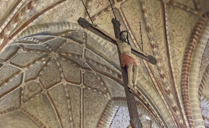 Pernajan kirkon kattoa, Kristus-krusifiksi