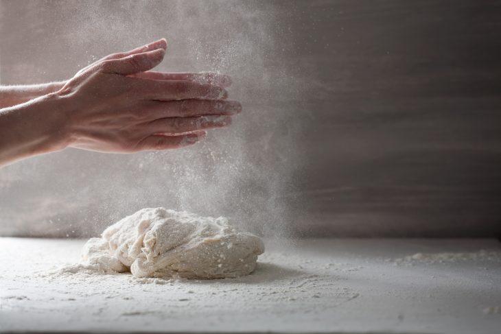 Leipovat kädet jauhopölyssä