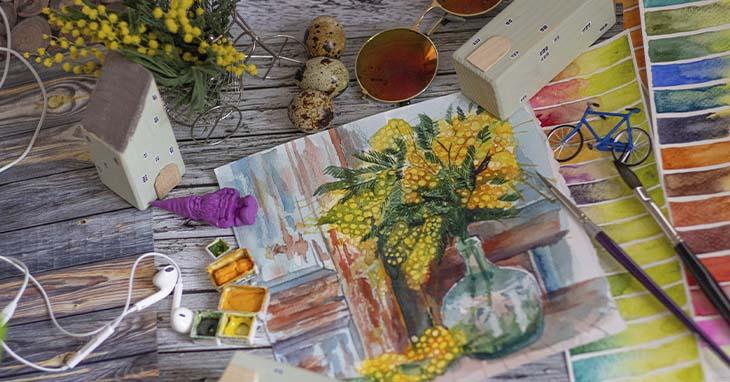 Harrastusmateriaaleja kuten värejä ja kukkia